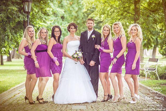 """Družičky... V posledních třech, čtyřech letech se s """"dospělejma"""" družičkama doslova roztrhnul pytel... Takhle sladěné kamarádky nevěsty potkávám na každé druhé svatbě... Tady fotka z jindřichohradeckých Husových sadů a svatby Lenky a Míry... #svatba #wedding #svatebnifoto #weddingphoto #svatebnifotograf #weddongphotographer #czechwedding #czechphotographer #czechweddingphotographer #zenich #nevesta #jh #jhradec #jindrichuvhradec #svatbavhradci #druzicky #husovysady #mamsvojipracirad…"""