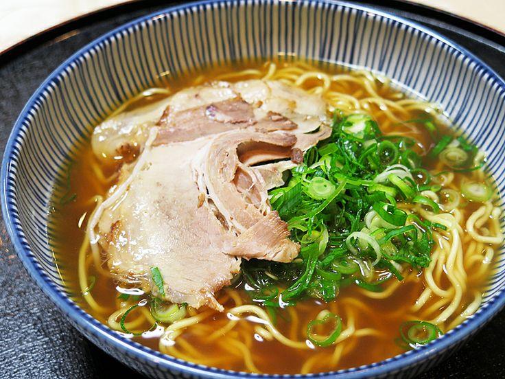 2013年12月30日(月) こんにちは!本日20時で年内の営業が終了。店舗改装は仕上げの段階に、僕は接客の合間に雑用をドタバタと。そんな日の昼食は、M本さん&S本さんからの差し入れ♪ 加東市下滝野にある「紫川ラーメン」さんのお持ち帰りセット。播州ラーメン独特の甘みのあるスープに、もっちりとした麺が最高☆あり  がとうございました(^_^)b  それでは、今日も皆様にとって良い1日になりますように☆ 【加古川・藤井質店】http://www.pawn-fujii.jp/