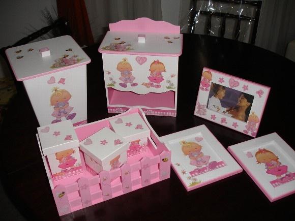 Dedoração para quarto de bebê menina rosa e branco.  LIXEIRA; 59,00 PORTA-FRALDAS: 59,00 KIT HIGIENE: 78,00 PORTA-RETRATO SEM O NOME: 18,00 CAIXA MÉDIA COM NOME : 35,00 QUADRINHO: 15,00 CADA R$279,00