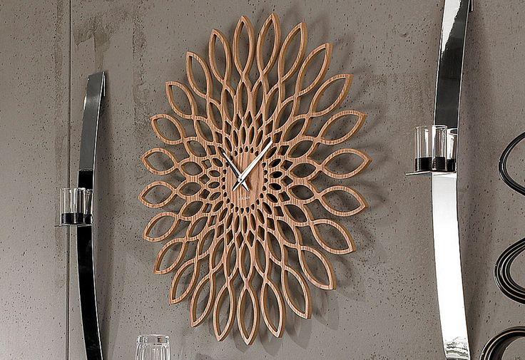 Karlsson Wandklok Sunflower.    Materiaal : Hout    Diameter: 60cm.   Prijs: € 75,-