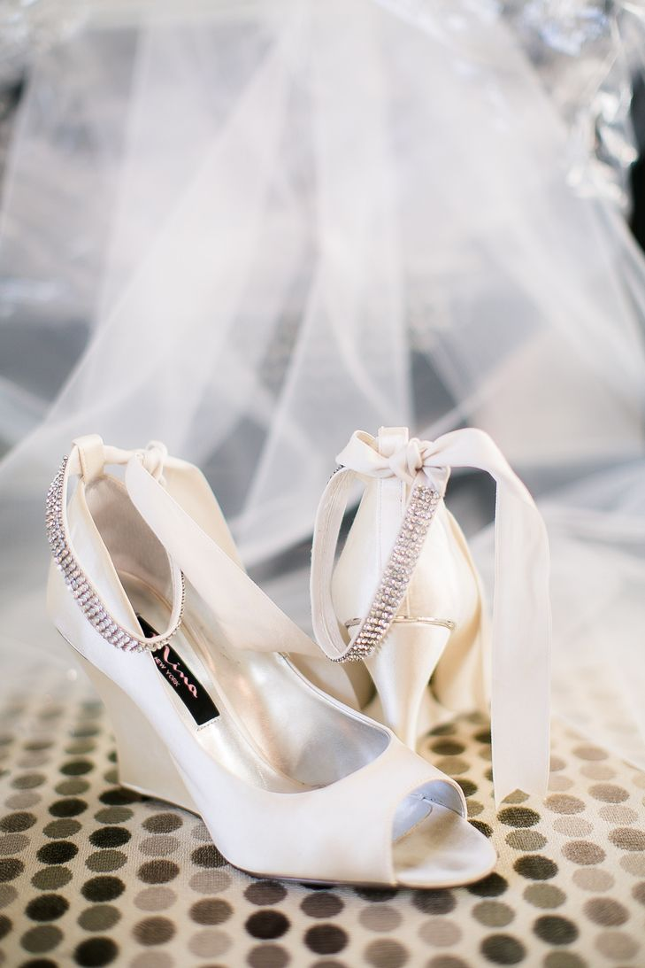 Zapatillas blancas para novias | bodatotal.com | wedding shoes, zapatos de novia, wedding wedges