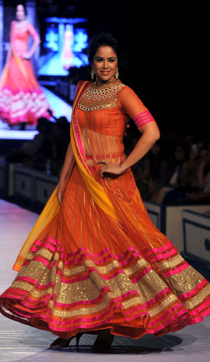 Designer Neeta Lulla, who has facinated several Bollywood celebrities like Katrina Kaif, Priyanka Chopra and Deepika Padukone, showcased her fashionable bridal collection and Bollywood fashion at the grand finale of Rajasthan Fashion Week (RFW) 2013. Her collection was the perfect incorporation of elegant cocktail gowns, anarkalis, saris and lehengas beautifully embellished with varied embroideries.