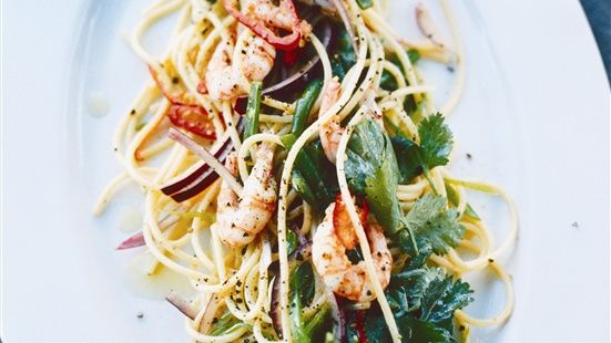 Asiatisk spaghettisallad med räkor  www.zeta.se