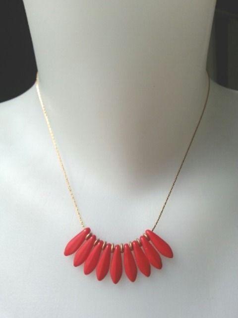 Collier ras de cou composé de perles de verre : Collier par larme-de-perles
