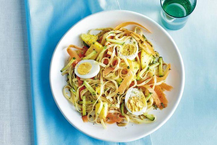 14 mei - Ananasstukjes in de bonus - Frisse vegetarische maaltijd met wortel, komkommer en ananas - Noedelsalade met dragondressing - Recept - Allerhande