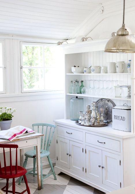keittiö vanha talo remontti Cobello astiakaappi