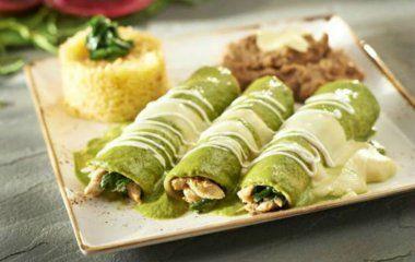 Increíbles enchiladas de frijol con salsa verde ¡cremosita!