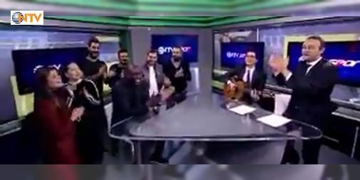 NTV Spordan Demba Ba şarkısı : Beşiktaşın eski oyuncu Demba Ba NTV Spora konuk oldu. Salı günü yayınlanacak olan programda eğlenceli anlar yaşandı.  http://www.haberdex.com/turkiye/NTV-Spor-dan-Demba-Ba-sarkisi/91884?kaynak=feeds #Türkiye   #Spor #Demba #programda #eğlenceli #anlar