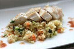 ΥΛΙΚΑ  100 γρ. βρασμένο ή ψημένο στήθος κοτόπουλου 2/3 φλ. τσαγιού κους κους έτοιμο μαγειρεμένο (800γρ) ½  κόκκινη πιπεριά κομμένη σε λεπτές λωρίδες ½  πράσινη πιπεριά κομμένη σε λεπτές λωρίδες ½  φλ. τσαγιού καλαμπόκι (60γρ) 1 κρεμμύδι κομμένο σε λεπτές φέτες 6 μανιτάρια κομμένα σε λεπτές φέτες μαϊντανός  Για τη σος 1 κουταλιά σούπας ελαιόλαδο 1/3 φλ. τσαγιού χυμός λεμονιού 1 κουταλιά σούπας μουστάρδα  αλάτι