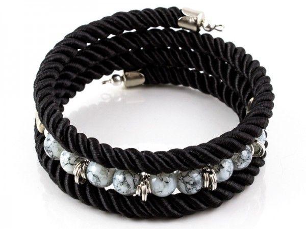 Bransoletka wykonana ze sznurków skręcanych, koralików szklanych w kolorze białym/szarym/czarnym ora...