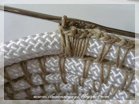 Saludos chic@s.   Solo necesitas cuerda de nylon, hilo de fibra natural y una aguja de ganchillo para hacer esta bonita cesta:      Bueno, y...