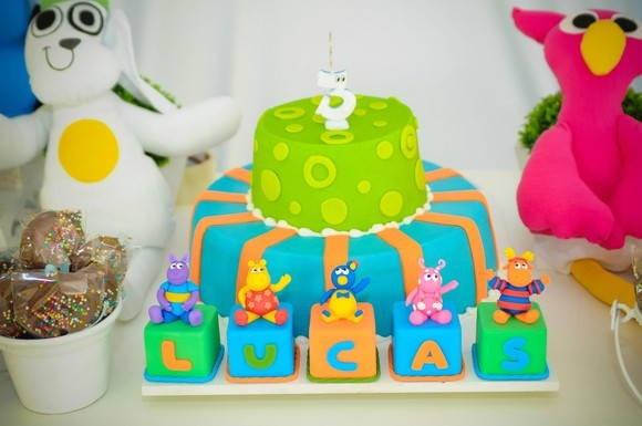 """Cubo em MDF e personagens em Biscuit.  Ideal para ser uado como topo e frente de bolo e enfeitar a mesa do bolo.   Pode ser utilizado também para decoração do quarto.  * Preço unitário por cubo.  **Personalizamos com o nome da criança.  ***Produzimos também em outros temas! Consulte-nos!  Como comprar: 1. Clique em """"Comprar"""". 2. Informe a data do evento e outros detalhes que julgar necessários, como as cores das peças e outras possíveis modificações. 3. Aguarde o cálculo do frete. Após…"""