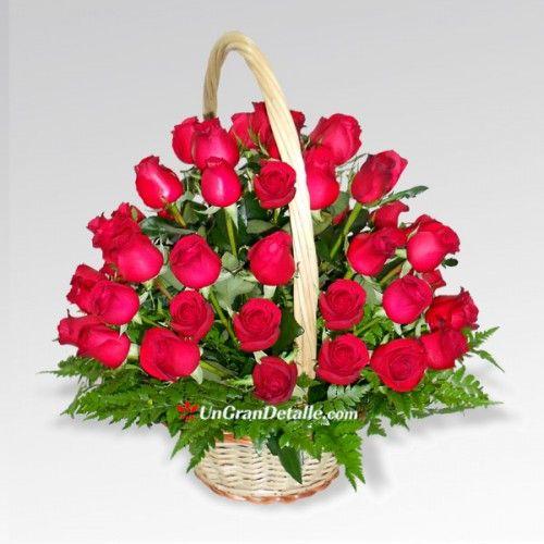 50 hermosas rosas rojas colocadas en una bonita canasta con asa