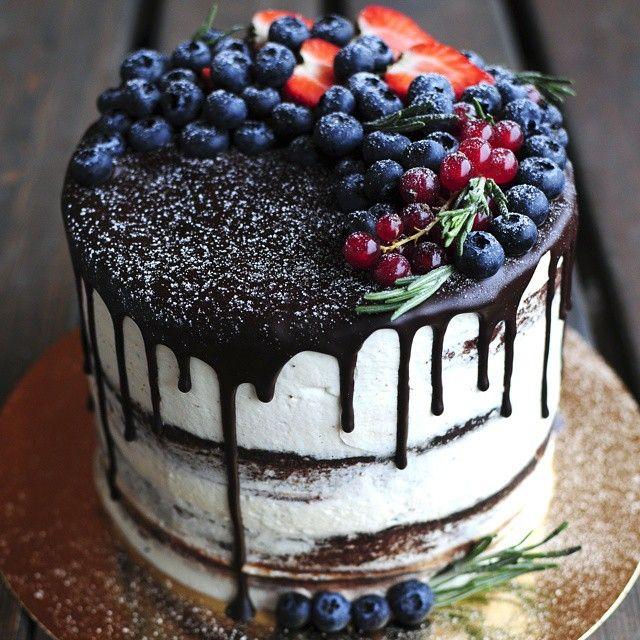 Еле дождалась утра, чтобы выложить торт 😂 для зимнего конкурса #сделаймнеторт от @okuprin @azourabova @mashadaff и @photo_barbara #kitchen_witch_cake  Ещё маленькое объявление: мы наконец уходим в отпуск, числа до 23го января, и не будем принимать заказы на торты и фоны (все договорённости до 12го в силе!) На торты возможно будут окошки 11 и 12 января. Если вам нужен фон, то лучше заказать его сейчас,чтобы успеть получить числа до 12-15го, и два двухсторонних есть сейчас в наличии (к вечеру…