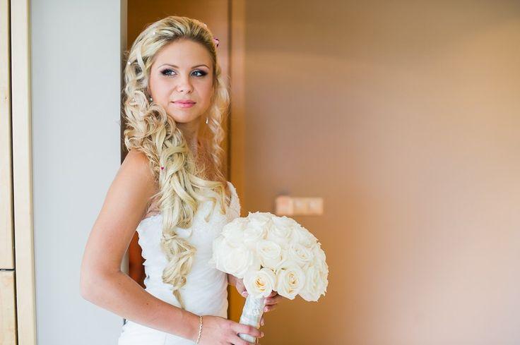 Классический свадебный букет из белых роз. Classic wedding bouquet of white roses.