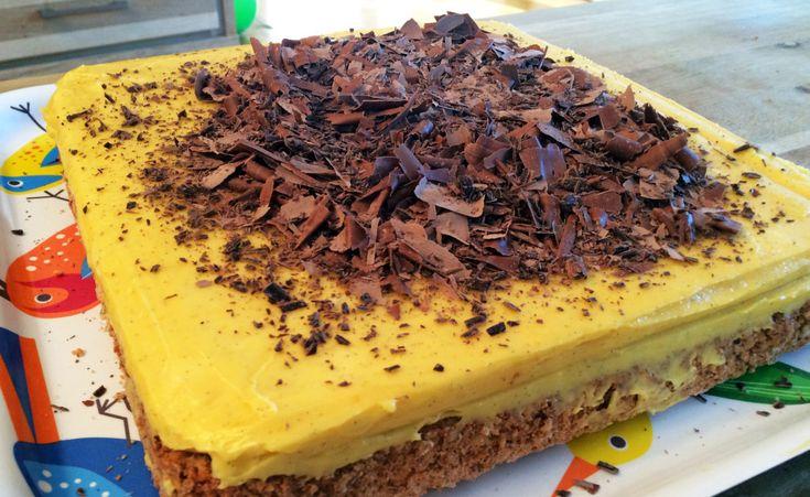 Denne kaken kalles både gulkake og suksessterte. Snadder er den uansett