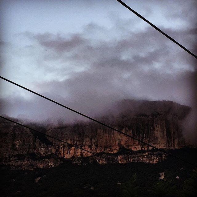 Splendeur câblée… massacre de nos paysages⚡️#picsaintloup #grandpicsaintloup #herault #montpellier #southfrance #france #instamood #voile #colors  #couleurs  #contrejour  #cloud  #nuage  #shadows #ambiance #apreslorage #cable #cablelectrique #lignehautetension #environnement #nature #protection #paysage #lanscape #highwire