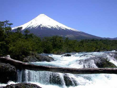 TOUR AL VOLCÁN OSORNO  Iniciaremos nuestra excursión desde Puerto Varas o Puerto Montt hacia el Volcán Osorno, bordeando el Lago Llanquihue disfrutaremos de una hermosa postal con los volcanes nevados Osorno y Calbuco de fondo..