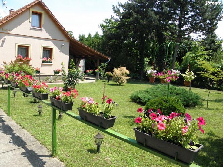 Eladó Családi ház parkosított kerttel Y30882: Kecskemét-Úrihegyben, a városközponttól kb. 10-15 percre eladásra kínálunk - most még kedvezőbb áron - egy fiatal építésű, nettó 85 m2-es, 2+fél szobás családi házat gyönyörűen parkosított kerttel, szép kerti halastóval. Az ingatlan 1415 m2-es telken fekszik, amin 2 db garázs található, ami akár 3 autó beállására is alkalmas.  Pár percnyi sétára 2 buszmegálló is található, így a város könnyen megközelíthető a 15-ös és a 29-es helyi járatos…