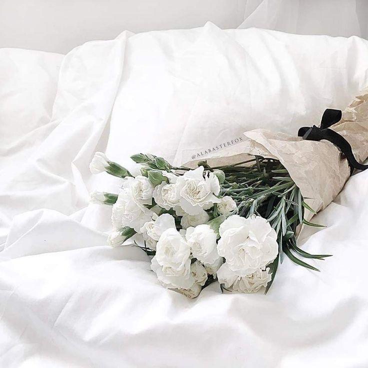 дома фото на кровати лежит букет цветов поздравить масленицей любимую