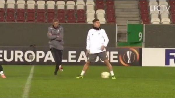 Zabawny moment podczas treningu Liverpoolu FC • Jurgen Klopp założył siatkę Roberto Firmino • Śmieszny film z Kloppem • Zobacz >> #klopp #liverpool #football #soccer #sports #pilkanozna