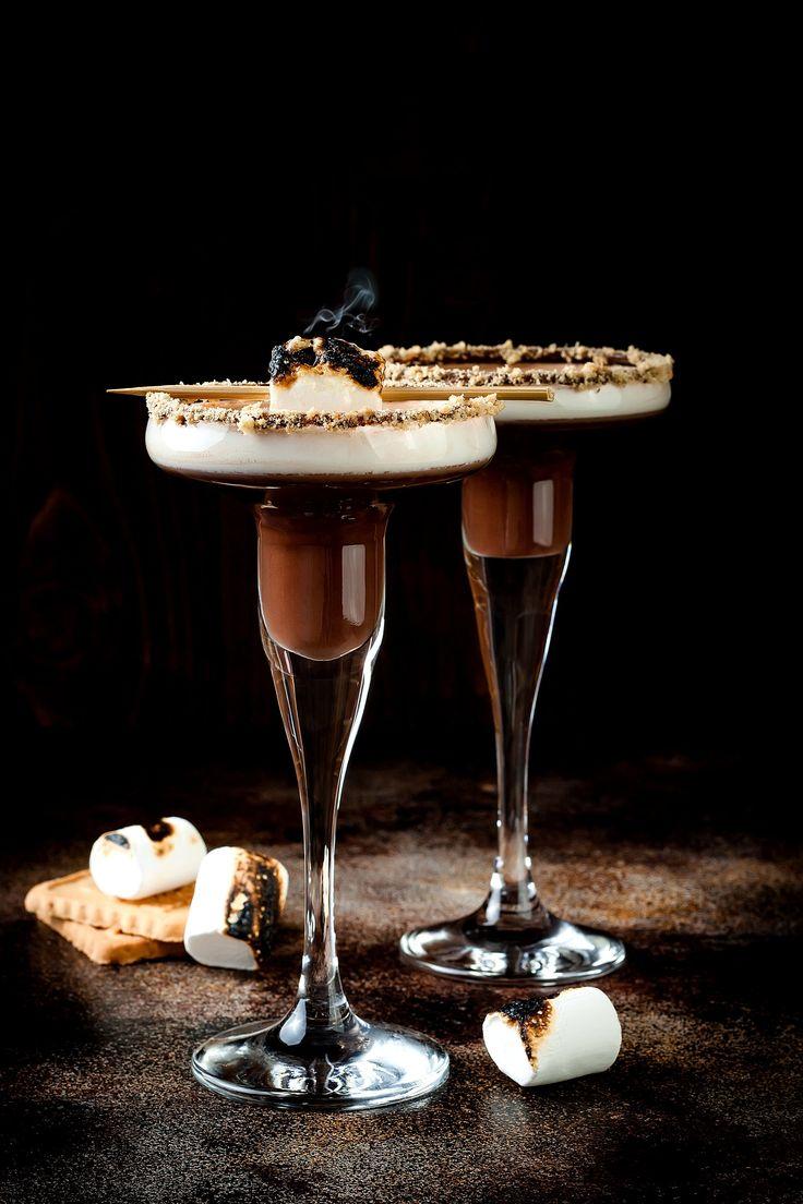 El Dalgona Coffee se reinventa en el Dalgona Martini, un cocktail con una sencilla receta, que sin duda contaría con la aprobación de Carrie Bradshaw. Tiffany Blue, Martini, Spooky Treats, Cocktails, Drinks, Favorite Holiday, Happy Hour, Spoon, Smoothies