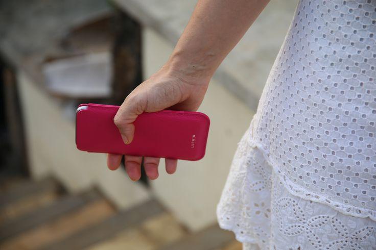Cette housse se prête très bien aux cuirs plus rigides comme le cuir de veau façon crocodile qui ont tendance à retenir un peu plus le téléphone dans l'étui. Cet étui pour smartphone avec tirette est bien entendu personnalisable aux grès de vos envies (couleur, matière, initiales, ...).