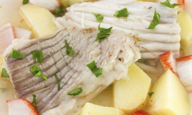 La raya, un alimento que nos previene de la anemia. Pescado blanco que nos aporta proteínas de calidad, necesarias para mantener la masa muscular y para formar sustancias necesarias para que estemos sanos y para que nuestro organismo funcione correctamente.  Más info: http://www.hogarutil.com/cocina/programas-television/karlos-arguinano-en-tu-cocina/consejos-nutricionales/201403/raya-alimento-protege-anemia-24081.html#ixzz2wErqMsIq