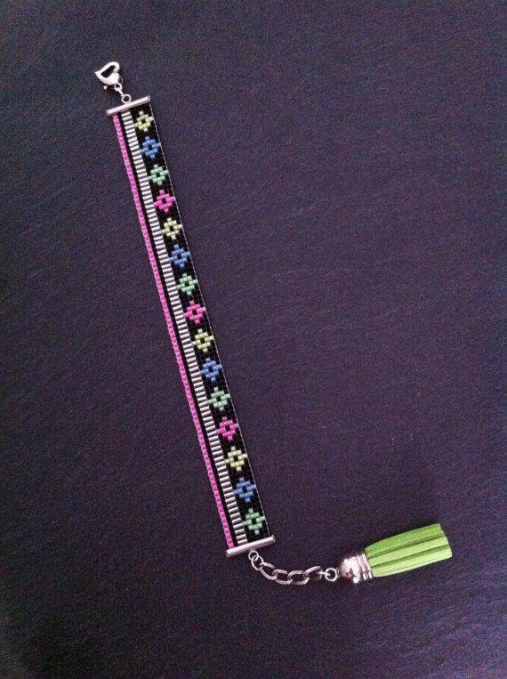 Mix and Match Neon Cuff Bracelet  par TDFTheDreamFactory sur Etsy, €20.00 Seed beads loom bracelet.