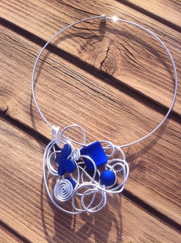 Collier n°048  Avec un tour de cou argenté, customisé avec du fil d'aluminium de couleur argenté et ses perles de couleur bleu électrique  Retrouvez ce modéle sur ma page facebook : https://www.facebook.com/olivia.creation.5