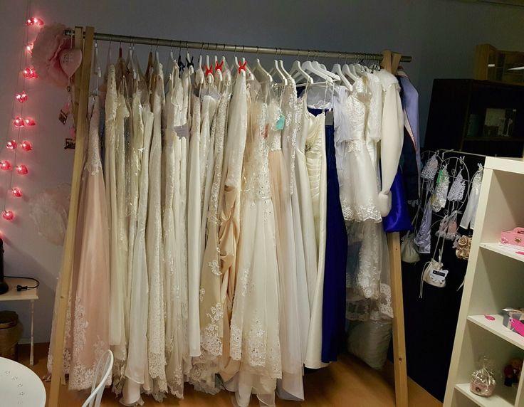 Een greep uit onze collectie custom made #trouwjurken die wij als pasmodel gebruiken voor jouw zelf te ontwerpen #droomjurk #weirdcloset