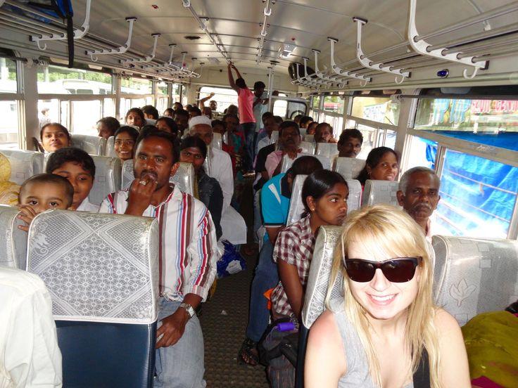 Asia na Sri Lance wśród Lankijczyków. Wraz z tysiącami lokalnych mieszkańców zdobyła szczyt Adam's Peak: http://blog.planetescape.pl/podroz-na-sri-lanke-noca-wsrod-setek-lankijczykow/