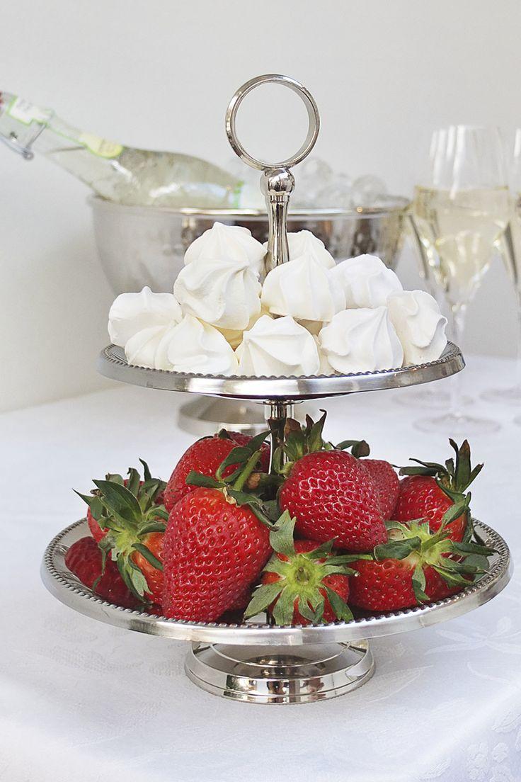 #kremmerhuset #17mai #hipphurra #etasjefat #servering #marengs #meringue #jordbær #celebration #nationalday #feiring #stilleben #interior #interiør #husoghjem #pikekyss