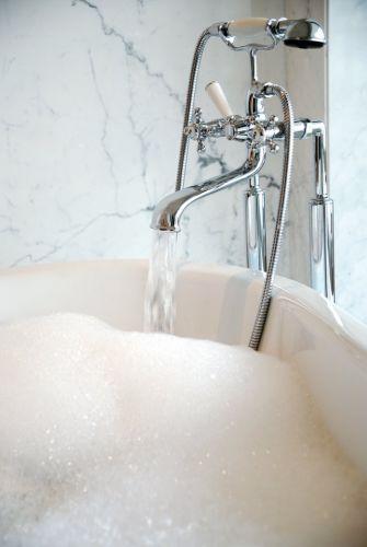 Herrlich, so eine nostalgische Armatur an der Badewanne - ideal auch für ein mediterranes Badezimmer #Badewanne #Armatur #Badezimmer #mediterran #Mittelmeer #Zuhause #Einrichten #Wohnen #marmor #marble #wall