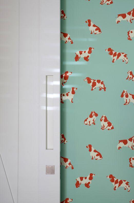 Esse papel de parede com cachorrinhos da Celina Dias é uma boa escolha, que agrega ao projeto. No caso, um quarto de criança. Tudo a ver, né?