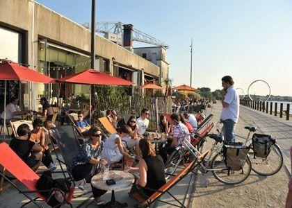 Sur les quais, l'ancien hangar à bananes transformé en cafés et restaurants orienté plein ouest
