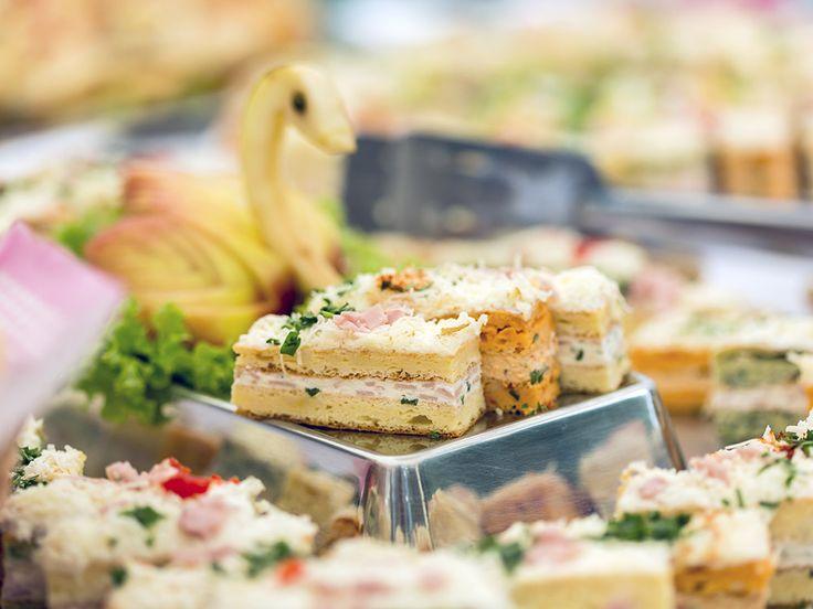 Le cocktail dînatoire ou apéro dînatoire, une réception où l'on se nourrit uniquement de bouchées, est une excellente solution pour recevoir vos amis.