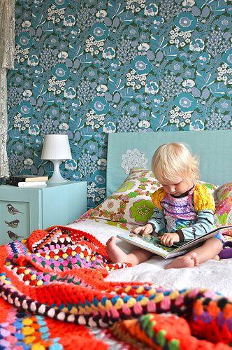 Kids room - Vintage wallpaper. Chambre enfant : papier peint vintage et couverture crochet