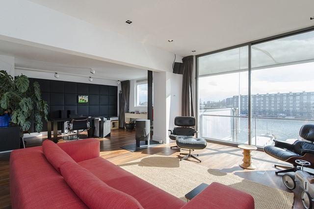 De bovenste verdieping lichte woonkamer en een prachtig uitzicht