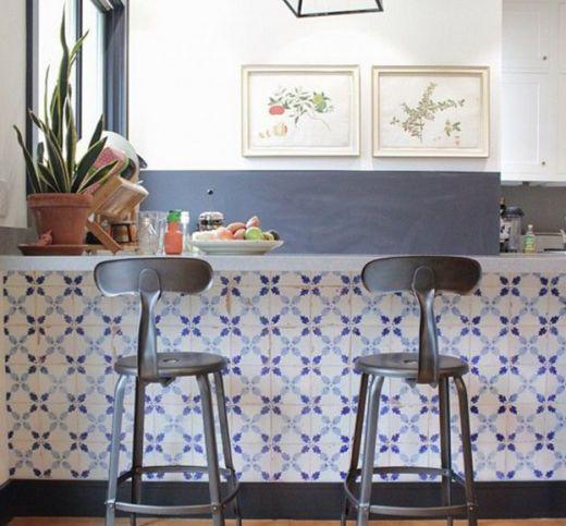 Azulejo Português no balcão da cozinha.