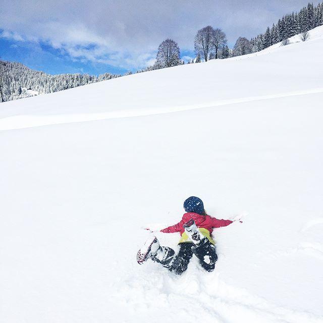 Gelebte Schneeliebe ❤️⛄️❤️ Was für ein Winter-Wonder-Wochenende. >>> #schneezauber #schneeliebe #winterwonderland #winterlove #hüttenzauber #instasnow #snowkids #lowaboots #lowa