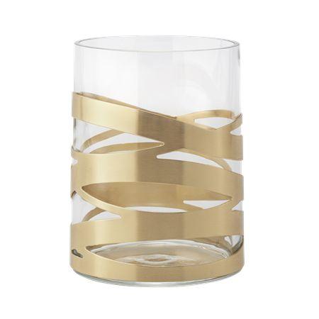 Tangle vasen har et dekorativt bånd udført i børstet messing, der smyger sig om glasset i en uforudselig indbyrdes orden. Uanset vinklen du ser vasen fra, er båndet dynamisk og giver et varmt udtryk. Fyld vasen med grene og dekorer med de små Nordic ornamenter for en moderne julestemning.
