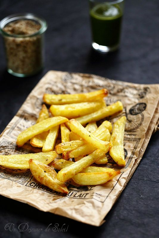 Frites au four- 1 kg de pommes de terre assez grandes et à chair farineuses (type Bintje), 3-4 cs d'huile d'olive, sel (ou sel aux cèpes). Préchauffer four à 220°. Couper les pdt en bâtonnets et les cuire dans une casserole d'eau chaude, cuire 5-7 mn. Elles doivents rester fermes. Les égoutter puis les essuyer avec du sopalin. Les répartir sur une plaque recouverte de papier cuisson, en essayant de ne pas les superposer. Huiler, saler et enfourner 20 mn, en retournant