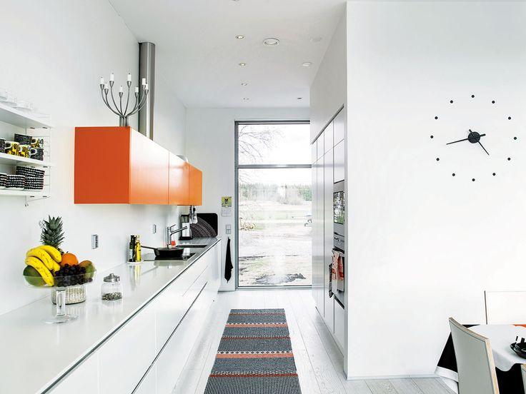 Moderni omakotitalo – mustaa, valkoista, harmaata ja tehostevärinä raikas oranssi
