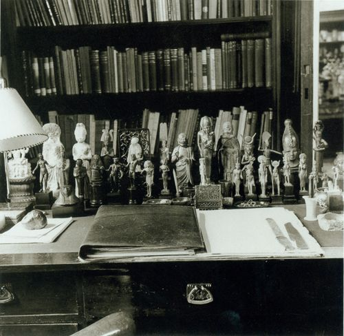 The Writing Arrangement In Freuds Study Desk With Antiquities 1938 C All Rights Reserved Tom Engelman 2007 Australia Edmund