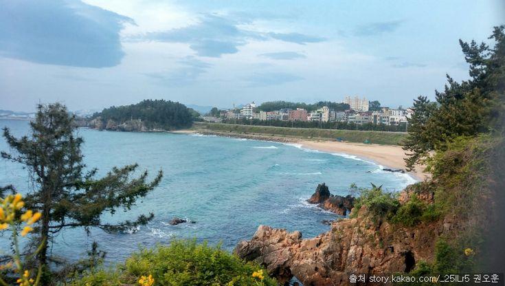 한섬해변 : 조용하고 울창한 송림과 기암괴석이 조화를 이루고 있는 동해시에 인접한 해수욕장