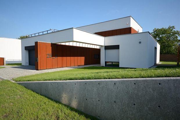 Zardzewiały dom na wrocławskim osiedlu Klecina