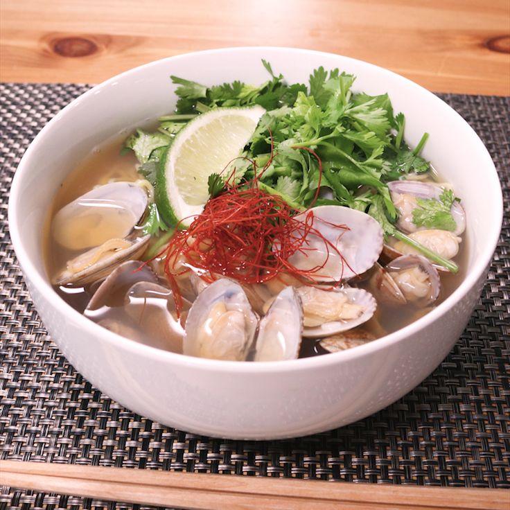 「あさりの旨みが決めて!エスニック風あさりラーメン」の作り方を簡単で分かりやすい料理動画で紹介しています。あさりの旨みがたっぷりのエスニック風ラーメンはいかがでしょうか? とても簡単に作れますが、スープを作るのが面倒な時は、市販の塩ラーメンのスープに、ナンプラーを加えると、あさりやパクチーにピッタリな、エスニック風の味付けになります。是非お試し下さいね。