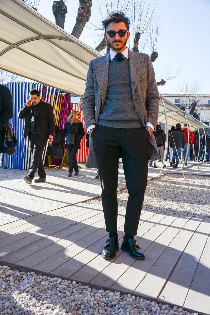 """世界の色気と個性溢れるファッショニスタが一斉に集まる世界規模のメンズファッション展示会「ピッティ ウオモ」。今回も、""""Pitti Uomo 91″にフォーカスして、注目の着こなし&アイテムを紹介! チェスターコート×ナイロンジャケットコーデ ネイビーチェスターコートにナイロンジャケットを着込んでグラデーションを表現し、スポーツテイストをプラスしたコーディネート。ストールやコットンパンツもネイビーカラーをチョイスし、統一感のあるワントーンコーデに。 MOORER(ムーレー) ウールカシミア ダウンチェスターコート HARRIS LE NAVY 1999年、イタリアはヴェローナに創業したMADE IN ITALYにこだわるアウターブランド 「MOORER (ムーレー)」。カシミヤウール生地で仕立てられたチェスターコートに、スタンドカラーの中綿入りナイロンライナーが付いたモデル。ライナーは取り外し可能なため、幅広い着こなしが期待できる。 詳細・購入はこちら ブルーチェックジャケット×ホワイトパンツスタイル…"""