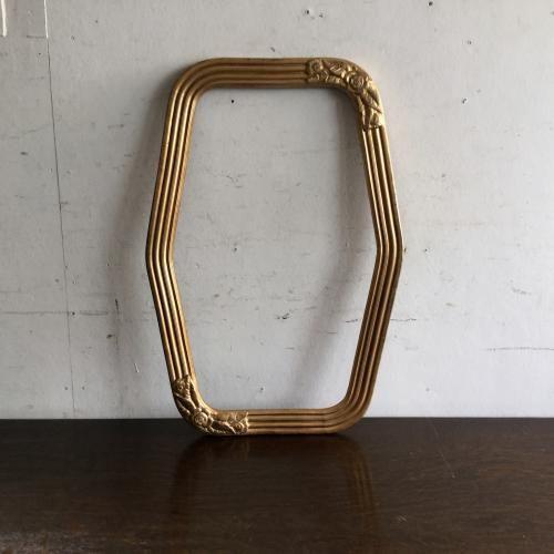 アンティークのフレーム(額)/ミラー アールデコのゴールドフレームです!フラワーモチーフ(ローズ)がアクセント。素敵ですね!ヘキサゴン(六角形)のフォルムもクール。ミラーやガラスを入れてインテリアを素敵に飾ってください!